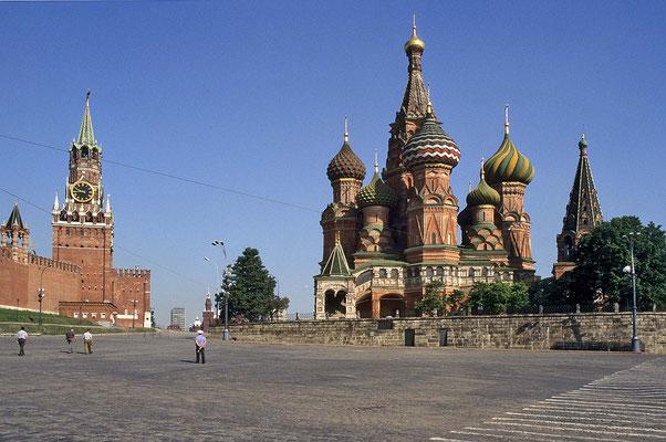 Unübersehbar bei dem Roten Platz in Moskau – die um 1560 errichtete Basilius-Kathedrale  mit ihren gewundenen Kuppeln.
