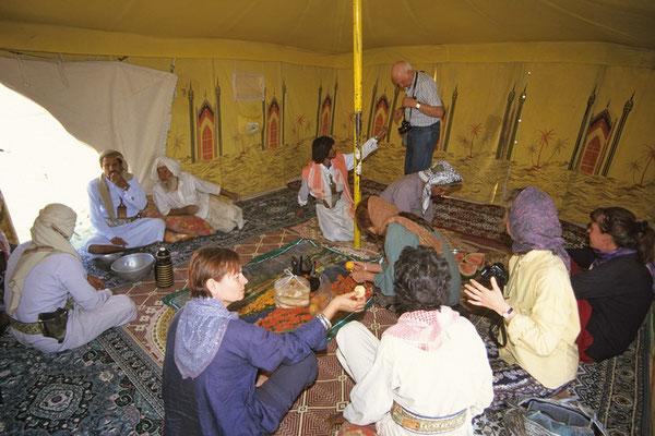Zu Gast bei Hassan und seiner Famile, der in der Großen Arabischen Wüste Rub al Khali als Nomade lebt.