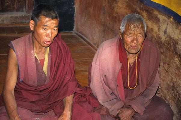 Mönche bei der Puja im Kloster Lingshed.