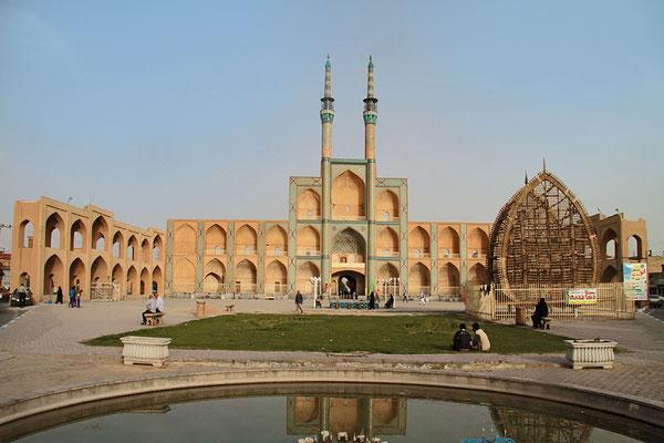 Die Tekiyeh Amir Chaqmaq steht auf dem Meydan von Yazd. Der Portalbau stammt aus der Regierungszeit der Qadjaren im 19. Jahrhundert und wird häufig fälschlicherweise als Bazar-Tor bezeichnet.