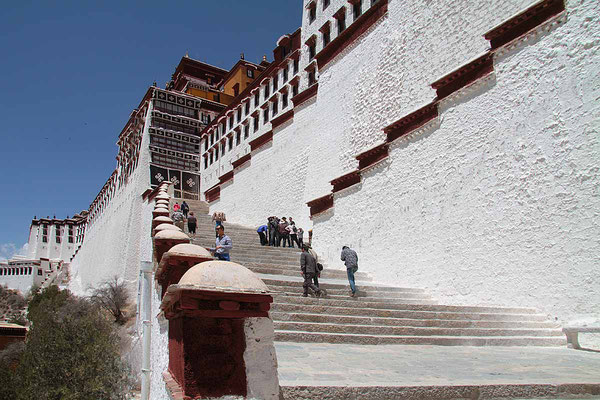 Mühsam ist der lange Aufstieg zum Potala - Palast in Lhasa.