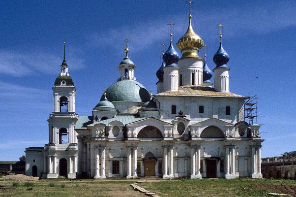 Die große und prachtvolle Demetrios-Kirche  wurde 1794 begonnen und war durch ihre baukünstlerische Dominante tonangebend für alle weiteren Gebäude innerhalb des Klosters.