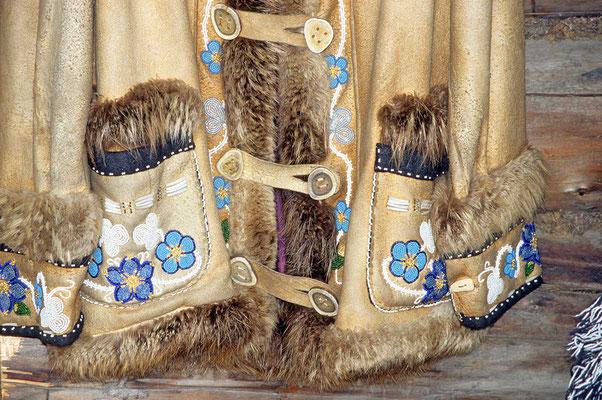 Traditionell hergestellte Jacke bei den Athabascan - Indianern bei Fairbanks/Alaska.