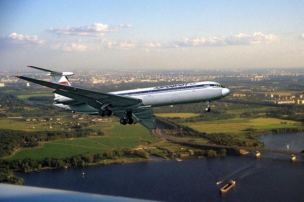 Bereits beim Anflug auf Moskau fällt der Blick auf eine von vielen Flüssen und Seen durchzogene Landschaft.