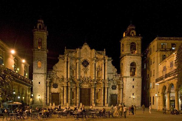 Abendliche Stimmung auf dem Plaza de la Catedral in Havanna.