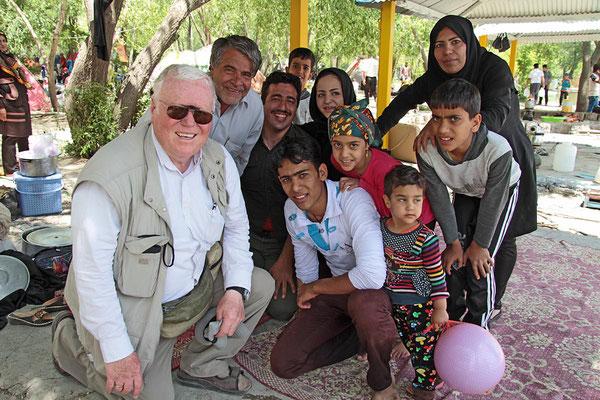 Normalität im Iran: Überall ist man herzlich willkommen, wird eingeladen, bewirtet und steht stets im Mittelpunkt.