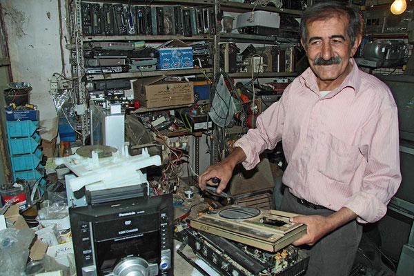 Fernseh- und Radiotechnikermeister bei der Arbeit in seiner Werkstadt in Sepidan, etwa 80 km nordwestl. von Schiras.