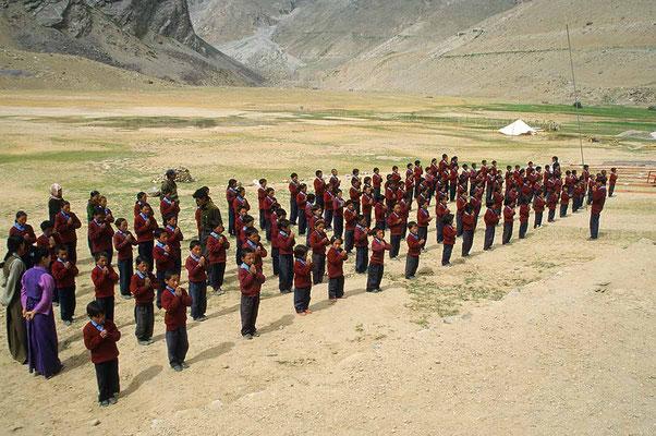 """Kinder der Yamyang-Ling - Schule bei Reru im indischen Himalaya beim Morgengebet. In dieser Internatsschule sind rund 120 Kinder für ein erschwingliches Schulgeld untergebracht. Träger ist der """"Shambhala e.V."""" Dieses Schulprojekt wird von uns unterstützt."""