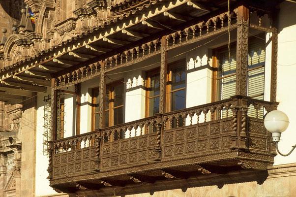 Typischer Holzbalkon in Cusco.