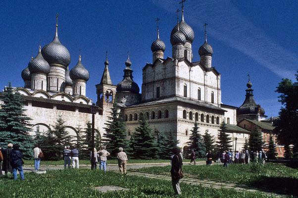 """Etwa 60 km von Jaroslaw entfernt  am schönen Nero-See liegt Rostow-Weliki.  Das 1660 bis 1700 errichtete großartige Bau-Ensemble umfasst neben dem Kreml mit seinen 11 Türmen  die """"Mariä-Entschlafens-Kathedrale""""  und 5 weitere Kirchen."""