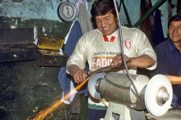 Auf dem Markt von Arequipa wird eine Machete geschliffen.
