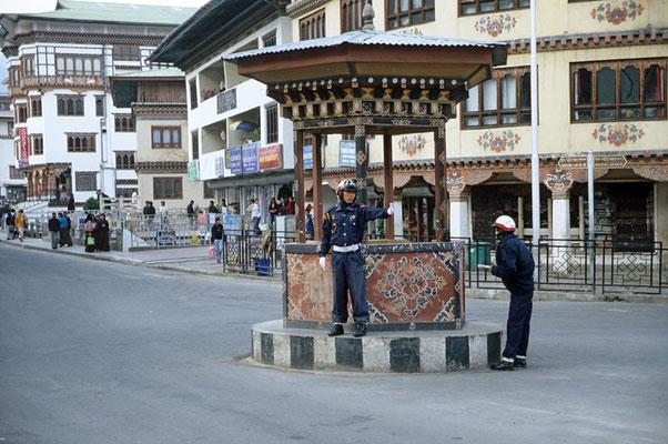 Thimphu ist die Hauptstadt von Bhutan und die einzige Hauptstadt der Welt, in der es keine Ampel gibt. Der Polizist auf der großen Kreuzung rudert er wild mit den Armen und regelt den Verkehr, obwohl weit und breit kein Auto zu sehen ist.