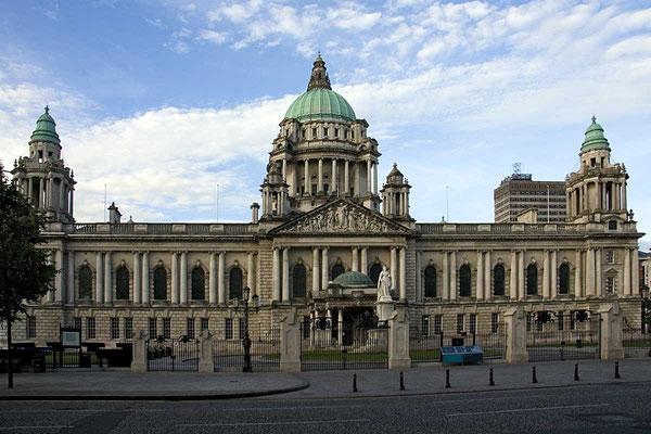 Prunkvollstes Gebäude und Wahrzeichen von Belfast: Die City Hall.