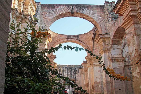 Die gewaltigen Überreste der Kathedrale von Antigua/Guatemala, welche bei Erdbeben im 18. JH zerstört wurde.