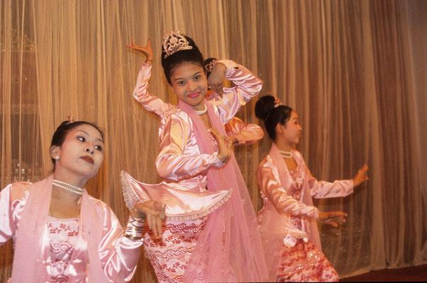 In dem einer Königsbarke nachgebauten Restaurant Karaweik in Yangon werden zu traditioneller Musik folkloristische Tänze dargeboten.