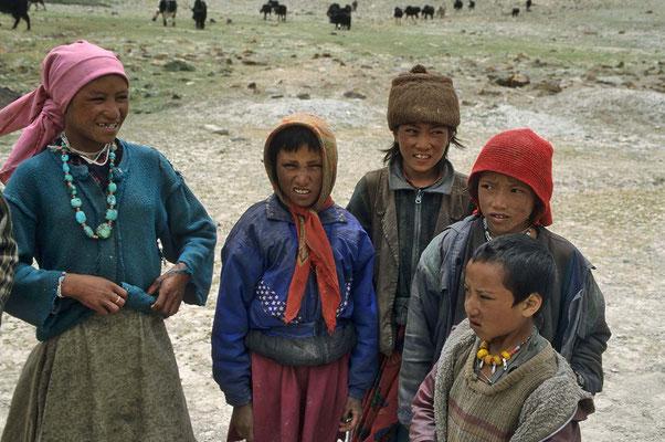 Nomadenkinder an der Wegstrecke. Eine interessante Begegnung für beide Seiten.