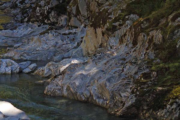 """Zu den """"Blue Pools"""" kommt man über eine Hängebrücke nahe beim Haast-Pass. Die Maserungen im Gestein fand ich besonders reizvoll."""