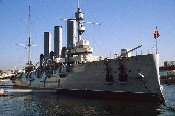 Unweit der Festung liegt der Panzerkreuzer Aurora.