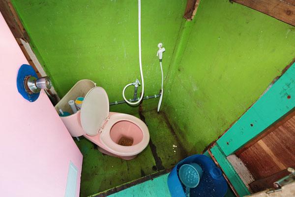 Gleich daneben die Toilette. Küchenarbeiten werden auf dem Boden zwischen Küche und Toilette auf dem Boden erledigt