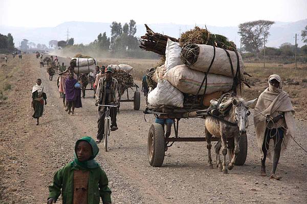 Menschen auf dem Weg zum Markt.