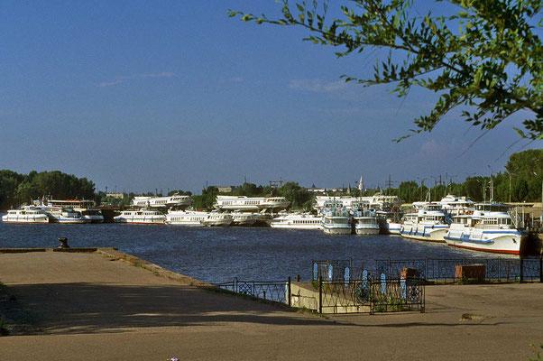 Unser Schiff liegt im Hafen von Kasan, der nicht nur Passagierhafen, sondern auch der Industriehafen für die Hauptstadt der autonomen Republik Tatarstan ist.