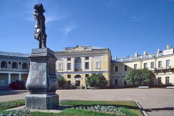 Etwa 35 km von St. Petersburg entfernt  liegt Schloss Pawlovsk in einem großen Naturpark.