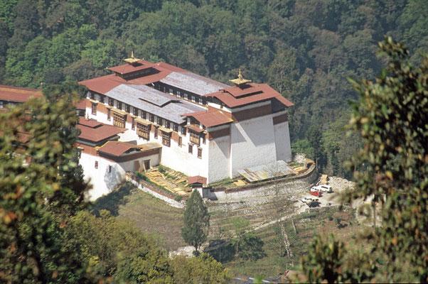 Bhutan: Mächtig und erhaben, in 2200 Meter Höhe, steht der Trongsa – Dzong auf einer Bergzunge, die in die Schlucht des Mangde – Flusses hineinreicht.