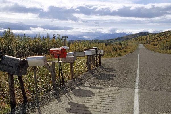Briefkästen am Alaska-Highway lassen auf eine nahe gelegene Siedlung schließen.