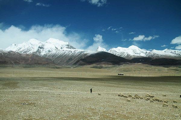 Herrliche Ausblicke bei der Fahrt mit der Tibet - Hochbahn. 2000 km von Xining nach Lhasa, über die höchste Bahnstrecke der Welt.