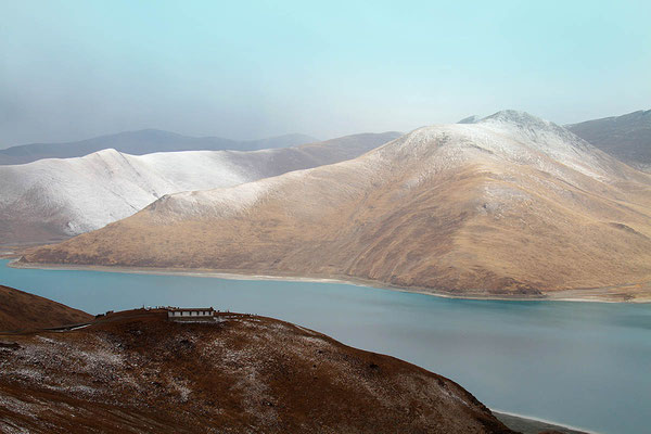 Reizvolle Landschaft auf dem Weg von Gyantse nach Lhasa. Der Schnee ist neu.