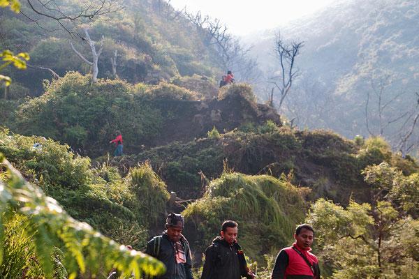 Auf dem Weg zum Schwefelkrater des Vulkan Idjen. Mühsamer Aufstieg von 1700 m auf 2400 m