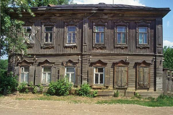 Abseits der Hauptstraßen entsprechen die Häuser eher dem russischen Standard. Mit viel Holz wirken sie trotzdem irgendwie reizvoll.