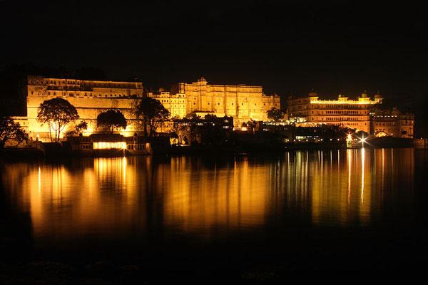 Palastanlage von Udaipur bei Nacht. Der See ist künstlich angelegt.