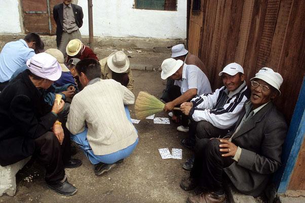 """Das """"Casino"""" von Uliastei und die Männer beim verbotenen Glücksspiel. Nachdem ich mitgespielt und einige Tugrik verloren habe, darf ich sogar ein paar Bilder machen."""