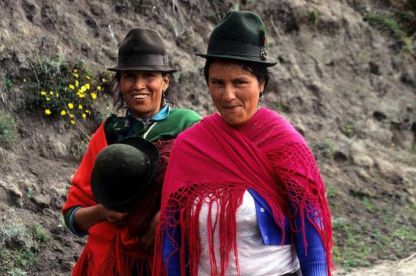 Stolze Landfrauen in den Bergen nahe Ladacunga.