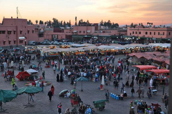 Abendliches Treiben auf dem Gauklerplatz in Marrakesch.