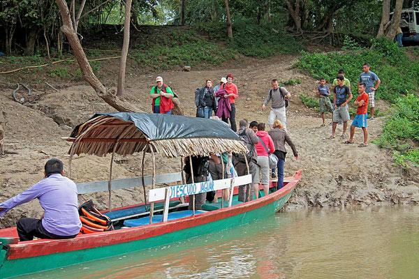 Mit dem Boot auf dem Rio Usumacinta bei Yaxchilán kommen wir von Mexiko nach Guatemala.