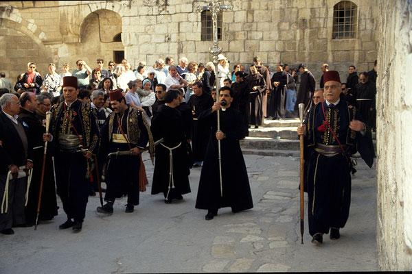 Prozession verschiedener Konfessionen zur Grabeskirche.