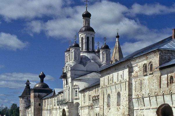 Malerisch gelegen, grüßt vom Ufer der Wolga her das Kloster Makajev.