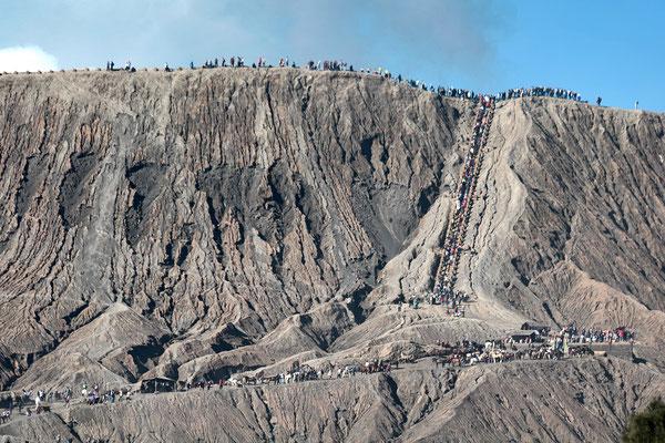 Zum Kraterrand des Vulkan Bromo führt ein sandiger und steiler Weg, teilweise über Treppenstufen