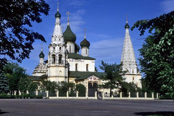 """Eines der vollendetsten und am besten erhaltenen Baudenkmäler der Stadt Jaroslaw ist die """"Prophet-Elias-Kirche""""  mit ihrem schmucken Glockenturm."""