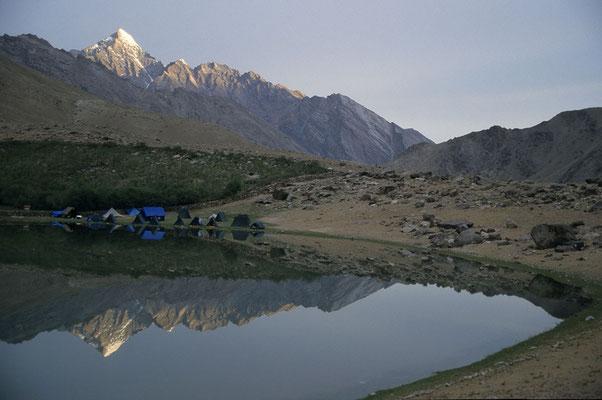 Nahe Reru stehen unsere Zelte an einem kleinen Bergsee.