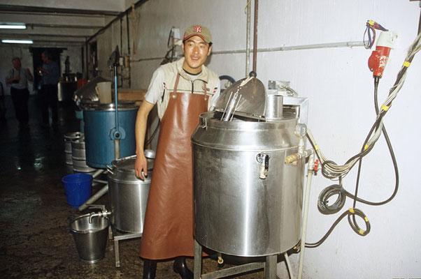 Diese Brauerei in Bhutan macht einen recht bescheidenen Eindruck und die Braubehälter lassen keine großen Mengen zu. Die Flaschen werden einzeln von Hand gespült und das Flaschenlager ist ebenfalls sehr beschränkt.