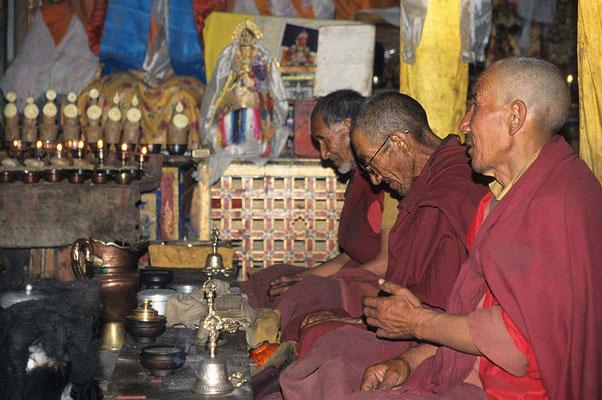 Mönche bei der Puja, - so nennt man die buddhistischen Gebetszeremonien.