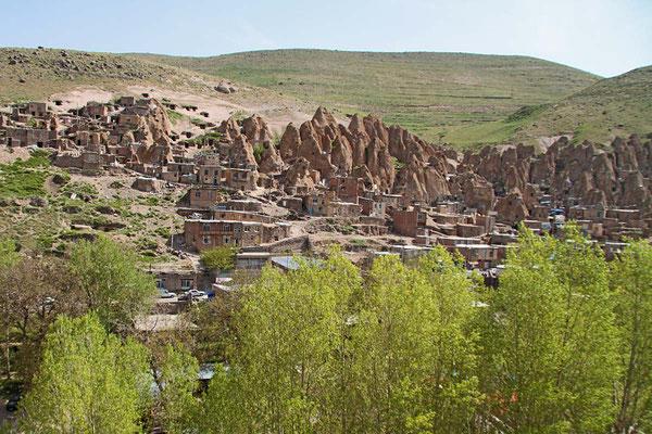 Blick auf das Felsendorf Kandovan in der iranischen Provinz Ost-Aserbaidschan. Die etwa 1000 Einwohner leben von der Schafzucht.