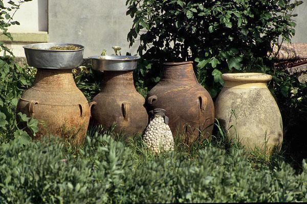 Wasserkrüge in einem Vorgarten in Kana.