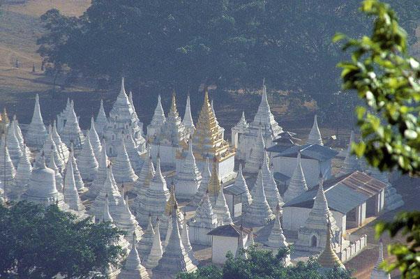 Mystisch wirken im Morgennebel die vielen Stupas am Pindaya-See.