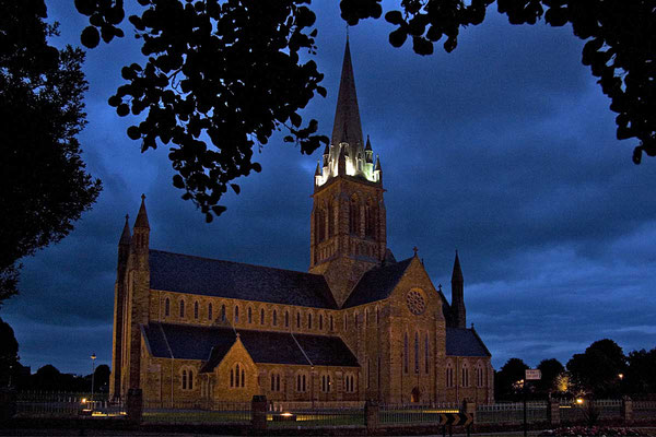 Die gewaltige St. Mary´s - Cathedral von Killarney in der Abenddämmerung.