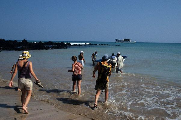 Das größere Boot darf nicht an die Inseln heranfahren. Hierzu gibt es Beiboote und meist ist nur Nasslandung möglich.