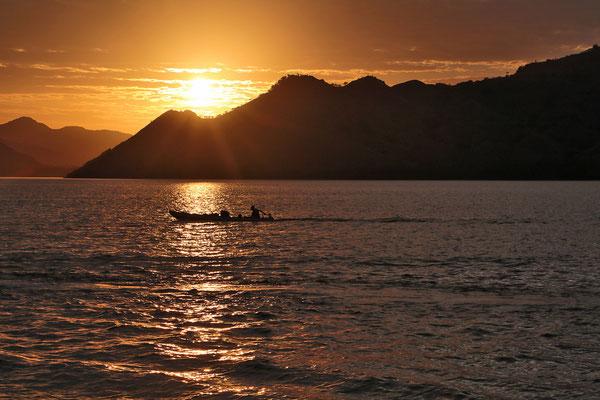 Wir ankern in der Bucht von Komodo und die Sonne geht unter